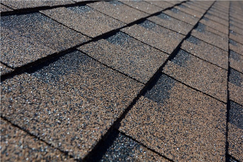 Modern Asphalt Shingles vs. Traditional Wood Shingles